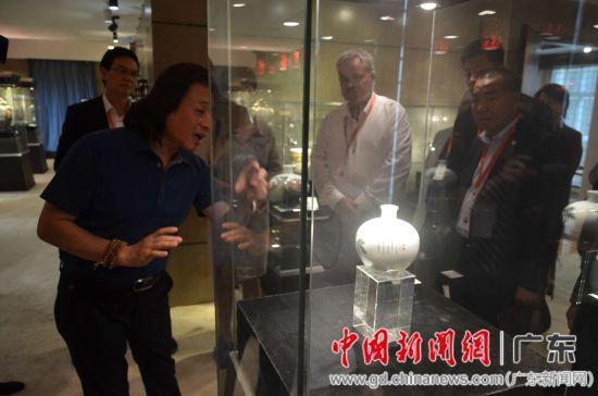王芝文向筹委会人员介绍作品。