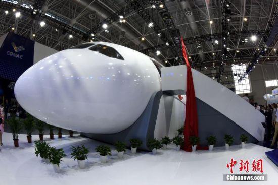 11月6日,在当天开幕的第12届中国国际航空航天博览会(即珠海航展)上,中俄合作研制的CR929远程宽体客机1:1展示样机在航展上揭幕亮相,这是CR929首次在国际航展上展出。中新社记者 孙自法 摄