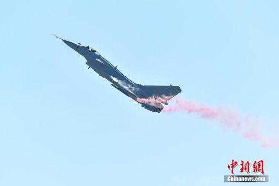 11月6日,歼-10B推力矢量验证机进行飞行表演。当日,第十二届中国国际航空航天博览会在珠海开幕。中新社记者 陈骥�F 摄