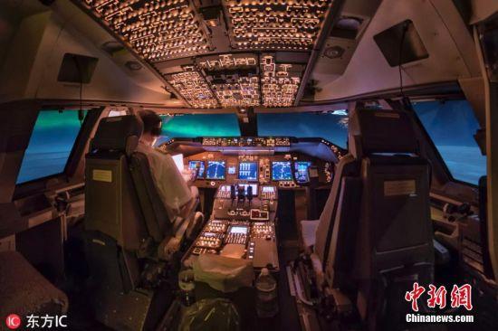 11月8日报道(具体拍摄时间不详),飞翔在3万英尺的高空,可以看到陆地上人所看不见的惊奇美景,这便是Christiaan van Heijst作为飞行员的一项极好的福利。驾驶过无数次的飞机,飞过全球无数座城市的上空,Christiaan拍下了一系列他在飞行过程中,从飞机上看到的美景,其中包括星空、银河以及北极光。Christiaan每次飞行之前都要确保自己带上了相机,为的就是能够将在3万英尺高空看到的自然美景拍下,然后分享给大家看。图片来源:东方IC 版权作品 请勿转载