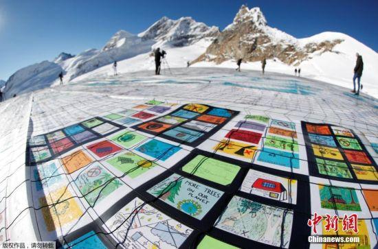 """当地时间11月16日,瑞士阿尔卑斯山""""少女峰""""上展示的十万多张明信片,呼吁关注气候变暖。这些明信片是由世界各地的人们寄来的,打破了世界上最大明信片的吉尼斯世界记录。"""