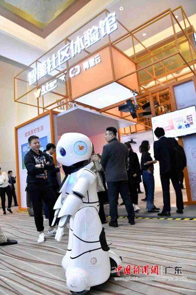 """11月22日举行的2018广东云栖大会上,越秀地产携手阿里云联合宣布展开四大方面合作,打造""""智慧地产"""",启动国企数字化转型。在二者联合打造""""智能社区体验馆"""",机器人载歌载舞。"""