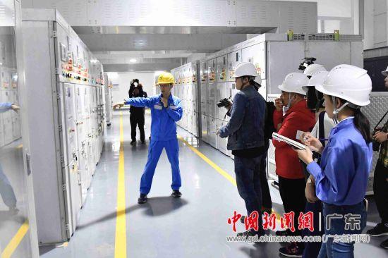 南方电网工作人员介绍港珠澳大桥人工岛变电站的电力设备。