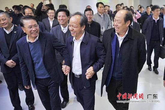 郭文海(中)、何享健(左)、杨国强(右)在美的集团展馆参观。