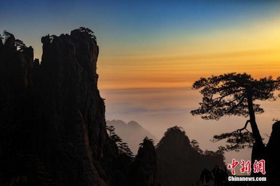 近日,安徽黄山风景区迎来晴好天气,日出和云海景观轮番上演。1月26日清晨,一轮红日从黄山东方群峰之前缓缓升起,红光漫天,加之山峦之间云雾弥漫,现场景观引人入胜。叶永清 摄