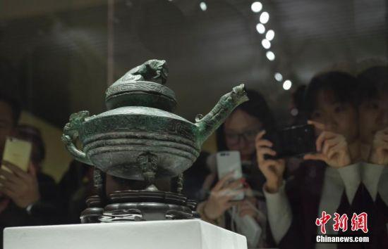 """1月29日,""""虎�v:新时代・新命运""""展览在北京的中国国家博物馆开幕。""""虎�v""""为西周晚期文物,原为清宫旧藏,1860年被英国军官哈利・埃文斯劫掠后由其家族收藏。2018年11月23日,经中国有关部门多方面工作推动流失文物返还,""""虎�v""""最终在被安全运回北京。中新社记者 贾天勇 摄"""