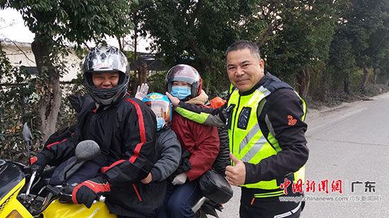志愿者为返乡人员发放免费的安全头盔。