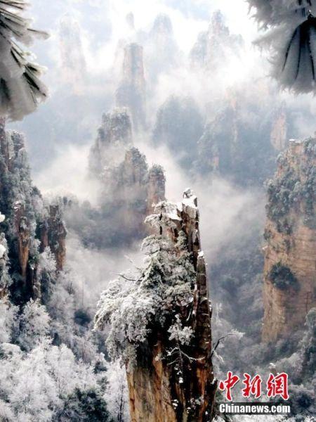 2月11日,张家界武陵源天子山景区现雾凇、冰挂、云海奇观。邓道理 摄