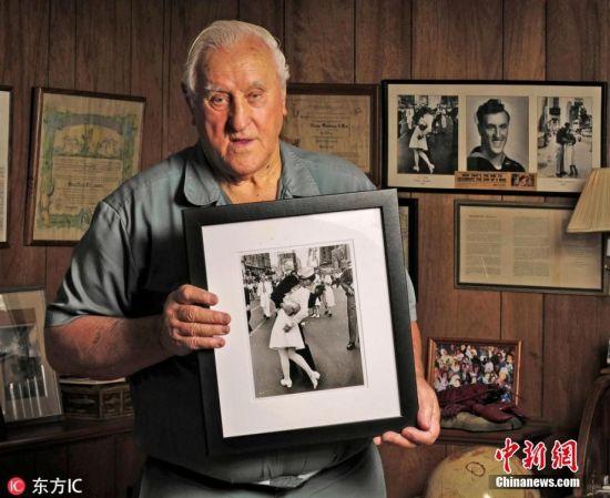 """2月19日消息,据""""中央社""""报道,二战经典照片""""胜利之吻""""中的美国水兵门多萨(George Mendonsa)已辞世,享寿95岁。当年他在纽约时报广场与人群共庆二战结束,并与一名女子拥吻,留下了这张著名的照片。图片来源:东方IC 版权作品 请勿转载"""