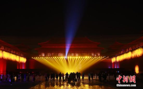 """2月18日,北京故宫午门调试灯光。19日和20日,故宫博物院将建院94年来首次举办""""灯会"""",紫禁城古建筑群首次在晚间被较大规模点亮。中新社记者 杜洋 摄"""