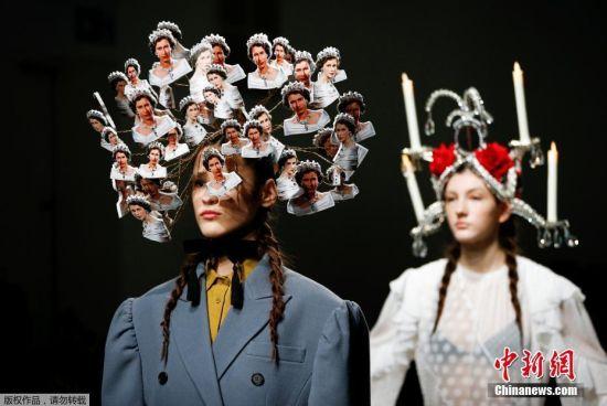 当地时间2月19日,伦敦时装周上的一场秀,服装似乎成了配角,而模特的发式造型抢了不少风头,一名模特头上插满英国女王的头像。