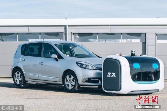 近日,英国伦敦的盖特威克机场宣布将于今年8月开始在机场测试一款停车机器人。旅客们只需要扫描自己的航班信息,把车停到指定位置,机器人就会来带走汽车,前往机器人停车场,通过人工智能系统寻找车位,完成停车任务。研发人员表示,采用机器人停车,可以通过更科学的停放方式节省近50%的停车场空间。由于机器人无需进入车内,钥匙还是由旅客自己保管,更加方便。此外,机器人停车场只有机器人能进出,保障了汽车和车内财物的安全。当旅客返航时,只需提前在手机软件上输入自己的航班信息,停车机器人又会在预定时间将汽车送回指定位置。图片来源:视觉中国