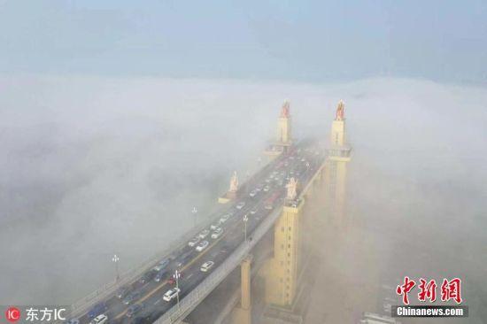 2019年3月4日,江苏南京,受连日降雨影响,南京遭遇大雾。航拍雾中南京长江大桥,气势磅礴。 图片来源:东方IC 版权作品 请勿转载