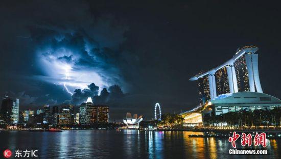 """来自芬兰24岁的摄影师Teemu Jarvinen""""幸运地""""拍摄了一组堪称现象级的照片,收集在他的""""Special Day""""系列中。因照片太好,Teemu也总被指有PS的嫌疑。Teemu照片捕捉到了世界第一高楼哈利法塔遭闪电击中瞬间,一轮血月在新加坡夜空若隐若现的画面以及星河在日本富士山上熠熠生辉的景象,还有迪拜的摩天大楼破""""雾""""而出,上演了一场神秘灯光秀的场景……图片来源:东方IC 版权作品 请勿转载"""