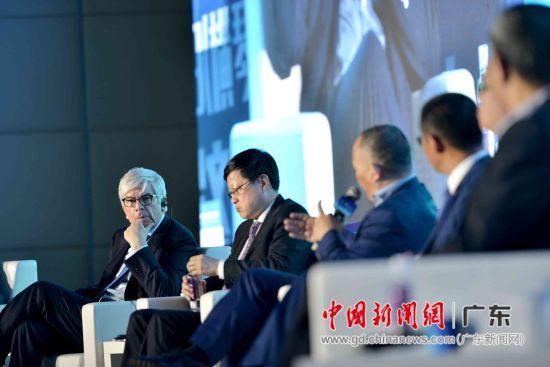 保罗•罗默教授与嘉宾们还就《轮回和变革:走到拐点的世界经济》主题展开了讨论。姬东摄