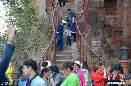 九曲栈道位于乐山大佛右侧的石壁上,与修建佛像同时开凿,栈道最宽处1.45米,最窄处0.6米,共217级石阶,沿崖自上而下盘旋至大佛脚下。 王勤 摄 图片来源:视觉中国