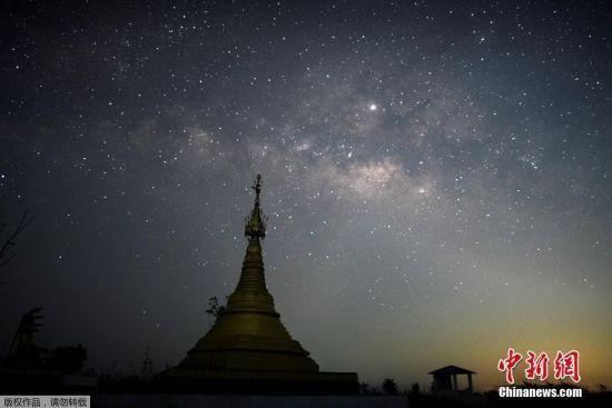 当地时间4月9日,摄影师利用照相机的长曝光功能拍摄缅甸岱枝的璀璨星空。