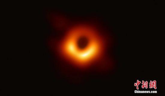全世界200多位科学家合作完成的一项重大天文学成果――人类首张黑洞照片,北京时间4月10日晚在全球多地同步发布。事件视界望远镜(EHT)宣布,已成功获得超大黑洞的第一个直接视觉证据,该黑洞图像揭示了室女座星系团中超大质量星系M87中心的黑洞,它距离地球5500万光年,质量为太阳的65亿倍。事件视界望远镜合作组织供图