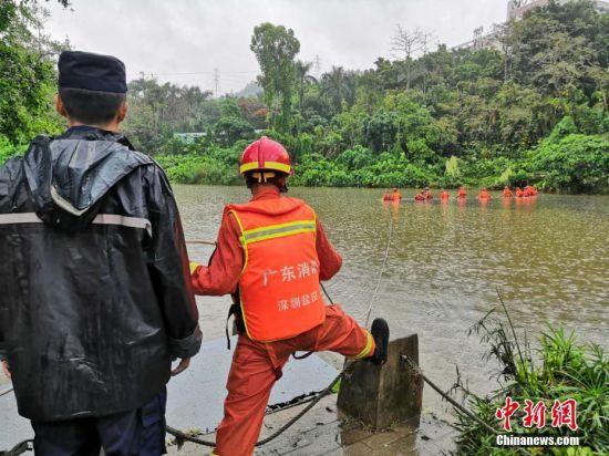 4月12日,在深圳市罗湖区西湖宾馆旁以及东湖公园,消防等多方力量仍在地毯式搜寻因暴雨失踪人员。 赖高第 摄