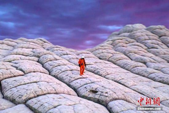 """四月初,来自美国俄勒冈州波特兰的23岁小伙Andrew Studer,带着无人机来到亚利桑那州和犹他州,用镜头捕捉到荒芜土地的惊人地貌。亚利桑那州和犹他州位于美国西部,这里有大漠荒原,红土蓝天,那幽深的峡谷、高耸入云的山峰、荒芜的沙漠造就了大片无人居住区,也营造出地球""""火星""""的神奇错觉。图片来源:东方IC 版权作品 请勿转载"""