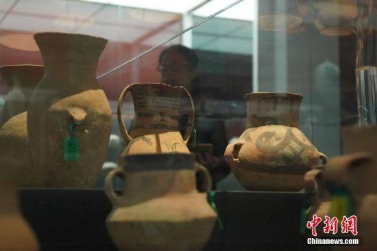 """4月24日,由中国文化和旅游部、国家文物局联合主办的""""归来――意大利返还中国流失文物展""""在中国国家博物馆开幕。图为观众参观展出文物。中新社记者 张兴龙 摄"""
