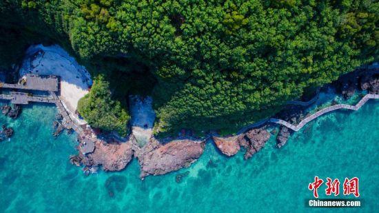 4月24日,中国最年轻火山岛――广西北海涠洲岛艳阳高照,阳光下,碧绿的海水如翡翠般环绕着岛屿,美不胜收。翟李强 摄