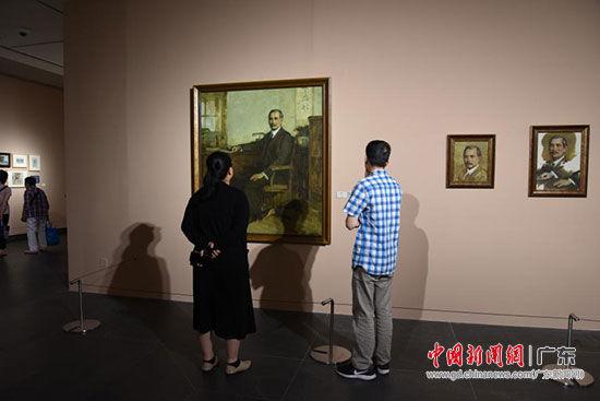观众欣赏汤小铭作品