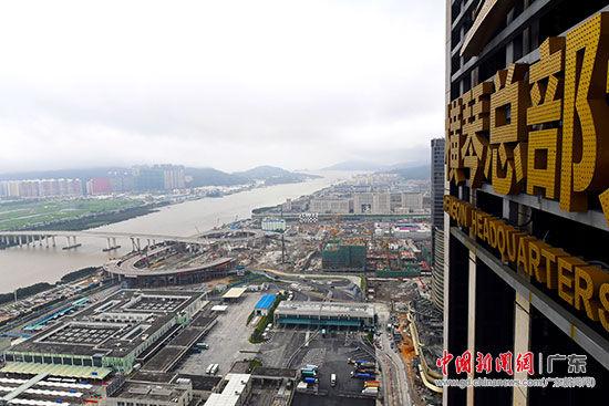 从横琴总部大厦俯瞰横琴岛。姬东 摄