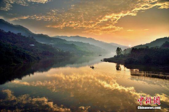 近日,重庆迎来晴好天气,长江沿线的自然风景美如画。沿江的涪陵红酒小镇时常被清晨的平流雾所笼罩,构成了一幅美丽生态画卷。到了夜晚,小镇上空也经常能看到漫天繁星。图为黄昏时的长江支流显得美丽壮观。石伟 摄