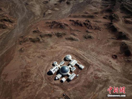 """近日,摄影师用无人机航拍的甘肃金昌""""火星""""营地。位于甘肃省金昌市山区的""""火星1号基地""""根据真实航天逻辑打造,通过让参观者体验登陆舱、地貌观察、野外徒步等趣味性活动,模拟体验""""火星""""生活。中新社发 成学磊 摄 图片来源:CNSPHOTO"""