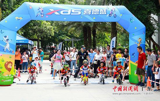第十五届文博会光明喜德盛自行车文化节19日举行,小萌娃参赛。