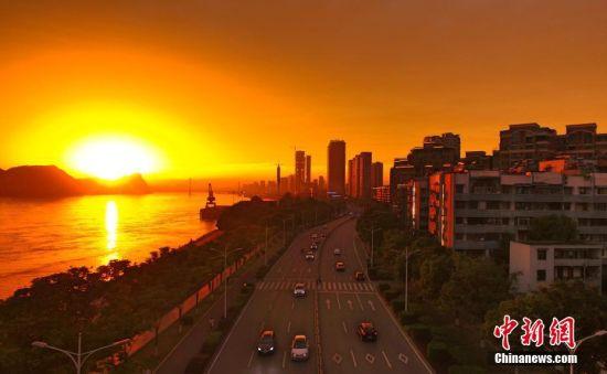 """5月21日傍晚,地处长江之滨的湖北宜昌市出现绚丽""""火烧云""""美景。""""火烧云""""是指日出或日落时出现的赤色云霞,是大气变化的现象之一。出现""""火烧云""""的时候,天空在夕阳的映照下被整个渲染成红色,犹如下方有个正在喷发的火山口,令人炫目。周星亮 摄"""