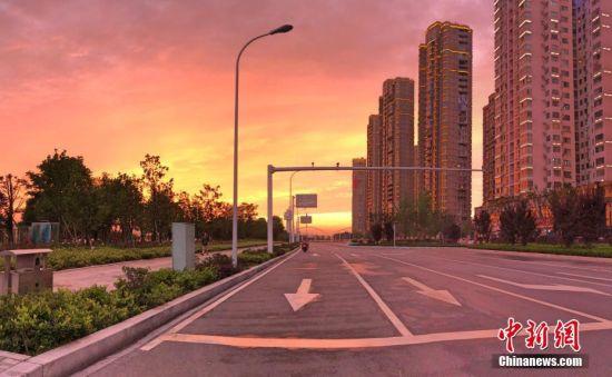 """5月21日傍晚,地处长江之滨的湖北宜昌市出现绚丽""""火烧云""""美景。""""火烧云""""是指日出或日落时出现的赤色云霞,是大气变化的现象之一。出现""""火烧云""""的时候,天空在夕阳的映照下被整个渲染成红色,犹如下方有个正在喷发的火山口,令人炫目。王春双 摄"""