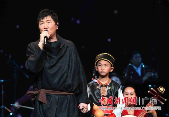 孙楠手牵着张应豪小朋友的手一同演出,孙楠深情演唱了电影《神话》主题曲《美丽的神话》。
