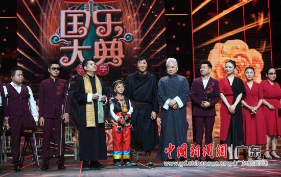 孙楠道出了自己一直资助一个学民乐的孩子张应豪的动人故事,并邀请上台一同演出。