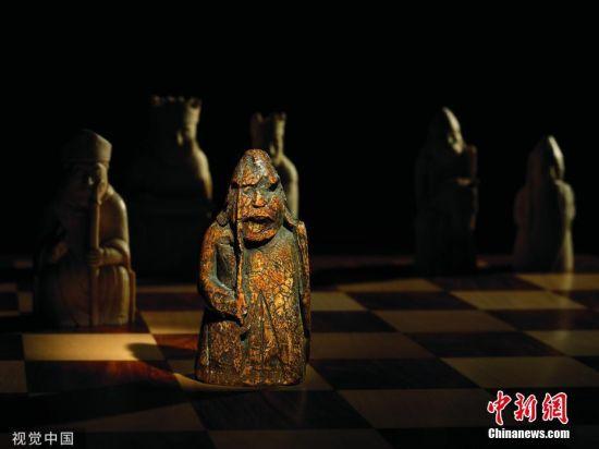 6月6日消息,近日,一枚价值连城、遗失了近200年的中世纪西洋棋棋子,在英国爱丁堡一户人家的抽屉里被发现。据专家估计,这枚棋子的拍卖价格,高达100万英镑。图片来源:视觉中国