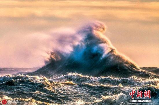 """海浪是发生在海洋中的一种波动现象,是海水重要的运动形式之一,从海面到海洋内部,处处都存在着波动,在不同的风速、风向和地形条件下,海浪的尺寸变化很大,以各种姿态演绎着海上的""""风云变幻""""。世界海洋日,一起来看看瞬息万变的惊涛骇浪吧。图为摄影师Trevor Pottelberg在加拿大伊利湖上拍摄到这张照片,为了拍摄巨浪,他常常要耐心等待几个小时,才能在最佳时机捕捉到这些震撼景致。图片来源:ICphoto"""