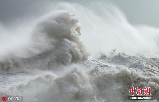 """2018年6月6日报道(具体拍摄时间不详),英国韦布里奇53岁摄影师Rachael Talibart拍摄了一组名为《塞壬》(Sirens)的照片,记录了海浪咆哮而来的场景,在她的镜头下,狂啸的海浪幻化成一个个古神话人物,场面颇为震撼。 塞壬是古希腊传说中半人半鸟的女海妖,惯以美妙的歌声引诱水手,使他们的船只或触礁或驶入危险水域,而在Rachael的镜头下,咆哮而来的浪头不仅仅是海妖塞壬的模样,它们或是恶作剧之神洛基、或是女妖怪美杜莎、或是海洋之神俄刻阿诺、或是司夜女神尼克斯,甚至还能是《权力的游戏》中的""""白鬼"""",一个个海浪不再仅仅是浪花海水和泡沫,而是摇身一变成了古神话故事中的传奇人物,令人赞叹不已。 Rachael的海洋情结源自于小时候,她自小在西萨塞克斯的海岸边听着涛声长大,对海洋充满了向往。她常常会坐在父亲的驾驶台操舵处,幻想可能藏在海浪中的怪物。 为了拍摄海浪的照片,Rachael在海边度过了无数的时间,她表示:""""并不是每次都能精准捕捉到海浪幻化成怪兽的样子,有时候它们就只是一些简单的结构元素,有时候也会变成人的形状,更多时候它们就只是简单的浪头。""""图片来源:ICphoto"""