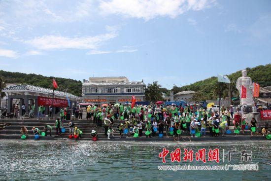 广东放生协会联合阳江市放生文化协会在东平大澳古港放生。 郭兴民 摄