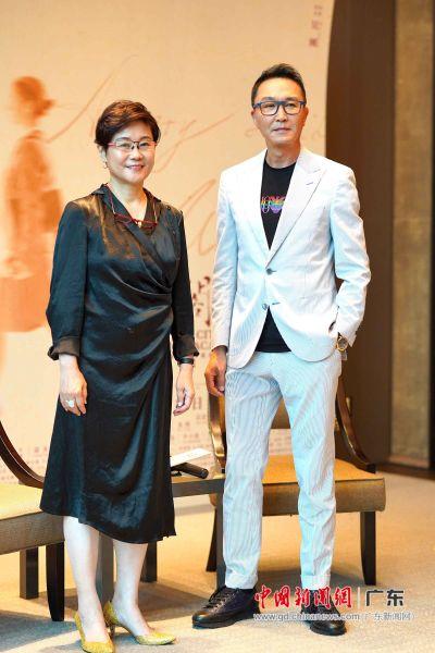 导演李少红(左)携主演吴刚,与广州的观众见面。