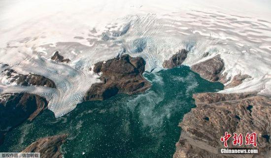 据报道,近日被大量冰雪覆盖的格陵兰岛出现出现不寻常的融冰情况,约20亿吨冰雪在一日内融化。据悉,格陵兰岛的融冰季节主要在6-8月,此次出现大规模提前融冰,2019年恐打破以往记录,令极端天气更频繁出现。资料图为NASA在冰川调查任务中,从高空记录下的格陵兰岛冰川构造。
