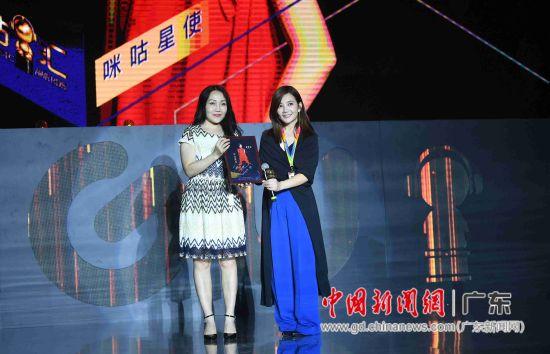 """图为咪咕音乐CEO廖宇(左一)授予梁静茹""""咪咕星使""""。"""
