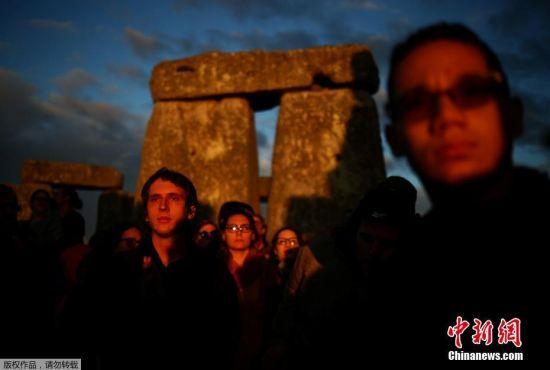 当地时间6月21日,英国Amesbury,民众聚集在巨石阵周围观看日出,庆祝夏至日到来。