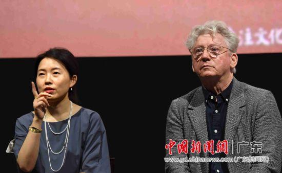导演柯文思(右)、制片人韩轶与观众互动。