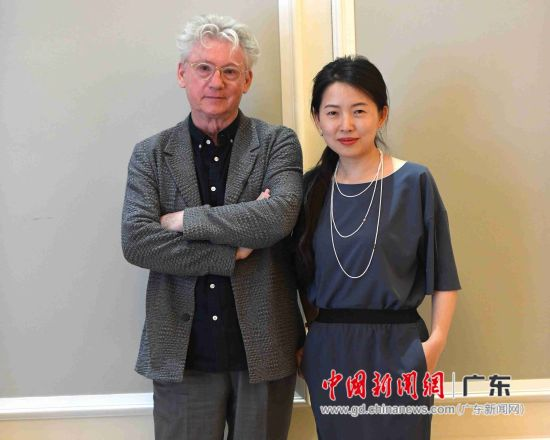 导演柯文思(左)与制片人韩轶合影。