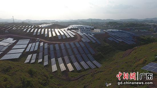 广东电网公司在扶贫点梅州五华西湖村兴建30兆瓦光伏扶贫项目。张博 摄