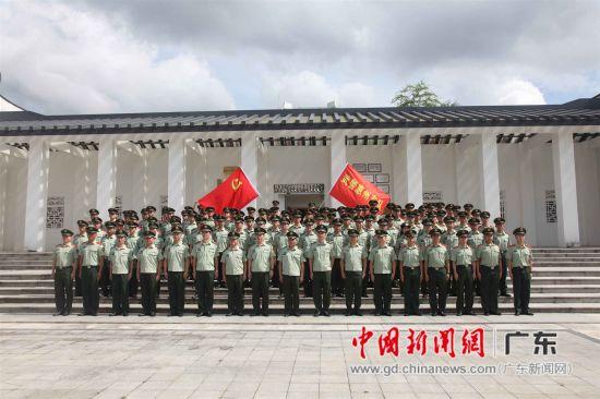 图为党员们在叶挺将军纪念园参观后重温党的誓言,在党旗下宣誓
