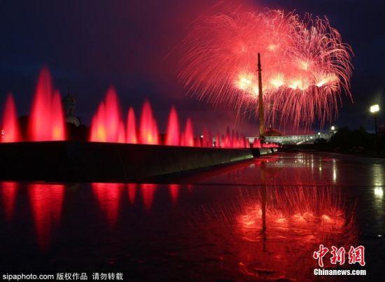 当地时间7月3日,俄罗斯莫斯科夜空上演璀璨的烟花秀庆祝白俄罗斯独立日。7月3日是白俄罗斯国家独立日,也是白俄罗斯的国庆节。图片来源:Sipaphoto版权作品 禁止转载