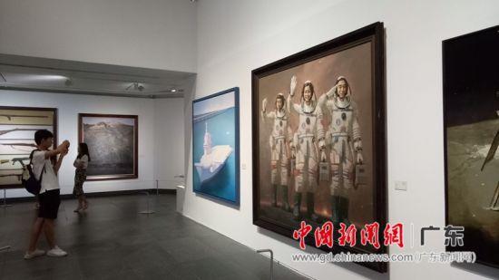 观众参观广东省美术作品展。董柴玲摄