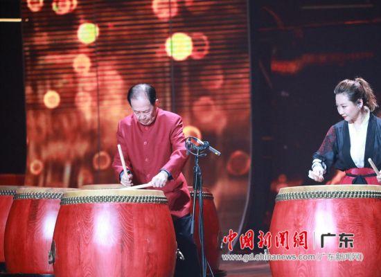 """""""鼓王""""安志顺(左)登台擂鼓。通讯员 供图"""